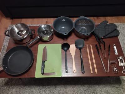 大小お鍋、フライパン、包、包丁、まな板、ボール、ざる、フライ返し、菜箸など調理に必要な器具も充実 - simasima古馬場の設備の写真