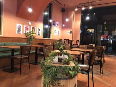夜は落ち着いた雰囲気に変わります - caféGLOBE 貸切フロア、レンタルキッチンの室内の写真