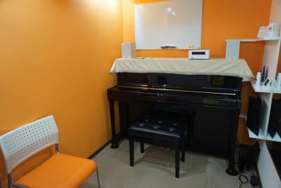 ROOM1 カワイK200 少人数でのアンサンブルなどにも - エスポワール音樂スタジオ 【二名様~】福岡天神ピアノ貸切の室内の写真