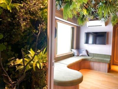 くつろげるソファー席、落ち着いた空間 - キッチン&オフィス 下北沢店 下北沢店の室内の写真
