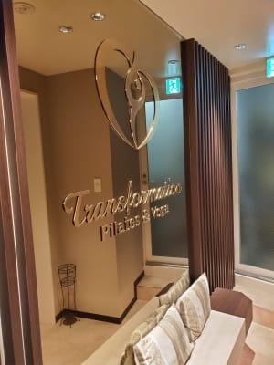 入り口もオシャレ♪座ってのんびりお話もできます☆ - Transformation ヨガ、ピラティスに最適なスペースの室内の写真
