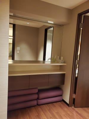お着替えスペース - Transformation ヨガ、ピラティスに最適なスペースの室内の写真