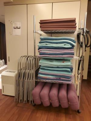 パイプ椅子やブランケット、ヨガマット、ボルスターなど無料で貸し出しています。 - Transformation ヨガ、ピラティスに最適なスペースの室内の写真
