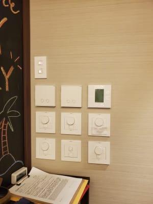 電気の明るさは細く調節可能!冷房や床暖房も付いてます。 - Transformation ヨガ、ピラティスに最適なスペースの室内の写真