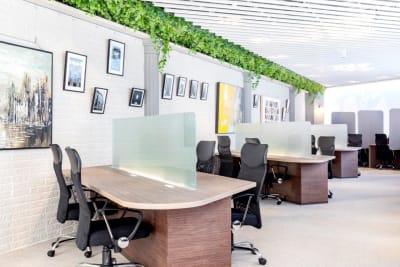 会議の前後、コワーキングスペースをドロップインで利用可能※330円/時 - BIZcomfort溝の口 6名用会議室の室内の写真