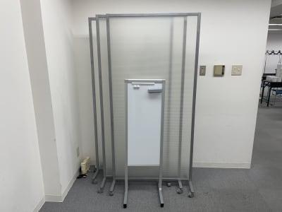 ホワイトボード(小)、パーテーション - 朝日ビル 5F 貸会議室の設備の写真