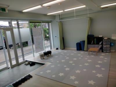 放課後等デイサービスわくわく ヨガ・ピラティス教室、サロンの室内の写真