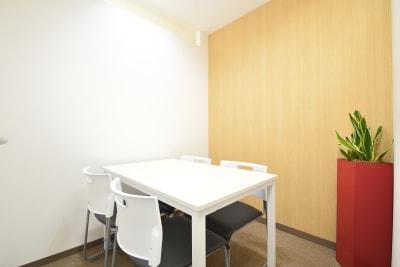 BIZ-POINT ICビル会議室の室内の写真