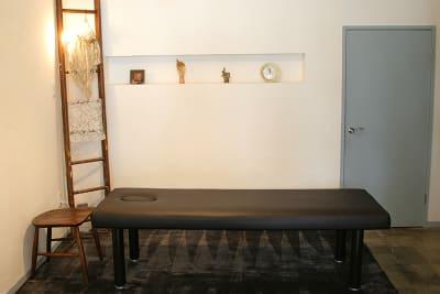 間接照明、ペンダントライトによって雰囲気が変わります - 薬院のはこ レンタルサロン/レンタルスペースの室内の写真