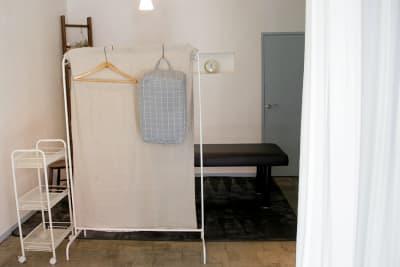カーテンの奥は、更に目隠しついたて有 - 薬院のはこ レンタルサロン/レンタルスペースの室内の写真