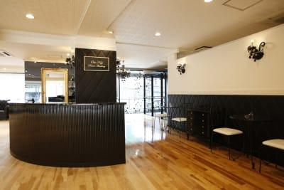 休憩スペースも広々としております。 ※椅子の増設も可能です - オダケイジダンスアカデミー ダンススタジオの室内の写真