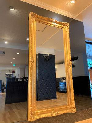 こちらの鏡は姿見、ダンス練習用のほかに撮影背景としてのご利用にも適しております。 - オダケイジダンスアカデミー ダンススタジオの室内の写真