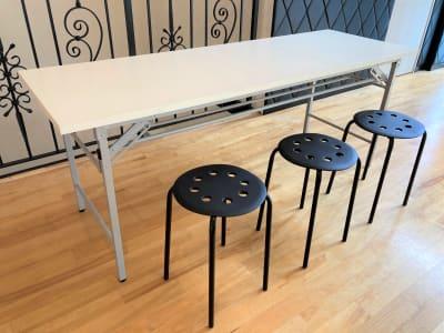 同様の長テーブル8台、丸椅子100脚ご使用いただけます。 - オダケイジダンスアカデミー ダンススタジオの設備の写真