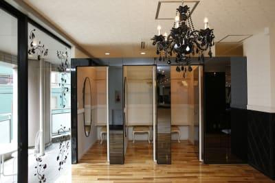 更衣室3室完備。扉を閉めればブラックミラーとしてご利用いただけます。 - オダケイジダンスアカデミー ダンススタジオの室内の写真