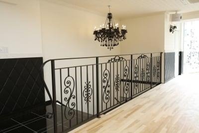 玄関から大理石の階段を上がってご入室ください。 高級感あふれる内装で各種撮影にも利用されております。 - オダケイジダンスアカデミー ダンススタジオの室内の写真