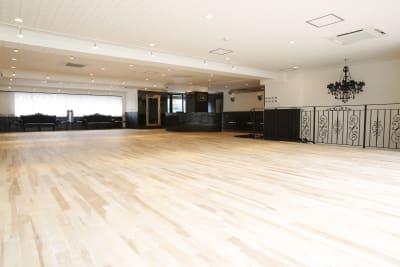 広々としたフロアでのびのびとご利用いただけます。 - オダケイジダンスアカデミー ダンススタジオの室内の写真