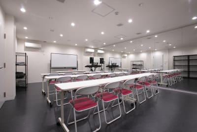 Aスタジオです。テーブル&椅子の設置で最高16名入ることができます。 - TYK STUDIO 【Aスタ】スタジオ、貸し会議室の設備の写真