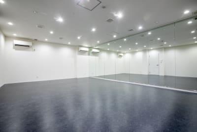 Aスタジオです。一面鏡ばりなので、ダンスや芝居などの体を使ったパフォーマンス練習にはおすすめです。 - TYK STUDIO 【Aスタ】スタジオ、貸し会議室の室内の写真