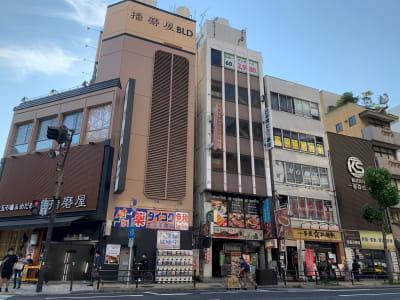 一番左が「日本橋駅」②出入口のあるパチンコ屋、その2件隣にお越しください。 - L&Cスペース日本橋駅前 B号室の外観の写真
