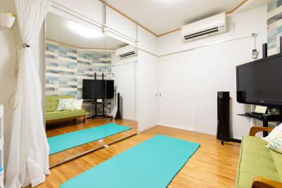 160幅×高さ182の鏡でヨガやトレーニングが可能 - プレテコフレ天保山 駅前レンタルスタジオの室内の写真