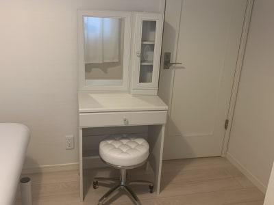 ドレッサーをテーブル代わりに使用したり、スツールを施術時に使用したりできます。 - 貸会議室en.beaute 都立大学レンタルエステルームの設備の写真