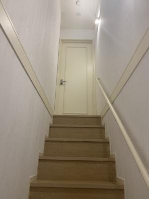 階段登ってまずは廊下のドアを開けてください - 貸会議室en.beaute 都立大学レンタルエステルームの入口の写真