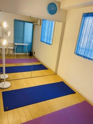 マンツーマンのヨガ・ピラティスレッスンに。フロアライトで落ち着いた雰囲気に。 - THRUSH駒川 大きな鏡のある個人練習用スタジオの室内の写真