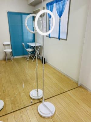 リングライト付き三脚。スマホ設置可能。 - THRUSH駒川 大きな鏡のある個人練習用スタジオの室内の写真