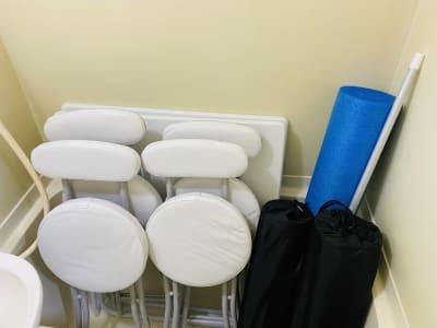 デスク・椅子・ストレッチポール・ヨガマットは浴槽にしまっています。 - THRUSH駒川 大きな鏡のある個人練習用スタジオの室内の写真