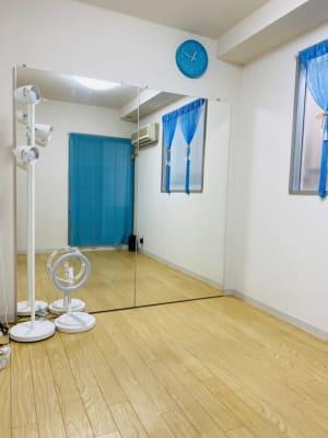 ダンスの個人練習には適した広さです。 - THRUSH駒川 大きな鏡のある個人練習用スタジオの室内の写真