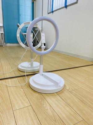 色調や高さを変えられます。 - THRUSH駒川 大きな鏡のある個人練習用スタジオの室内の写真