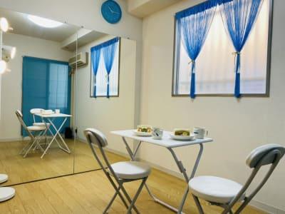 駒川商店街グルメをテイクアウトして、プライベートカフェとして。 - THRUSH駒川 大きな鏡のある個人練習用スタジオの室内の写真