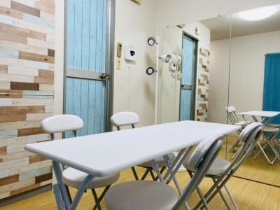 デスク2台と椅子4脚を出すと、小会議・小規模セミナー・勉強会にも。 - THRUSH駒川 大きな鏡のある個人練習用スタジオの室内の写真