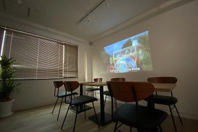 映画鑑賞等にプロジェクター利用も可能 - BILLY's CAFE カフェ貸切の室内の写真