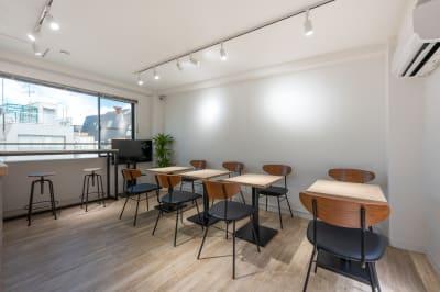 カフェの空間を貸し切り。小人数で集まるのに丁度良いサイズの空間です! - BILLY's CAFE カフェ貸切の室内の写真