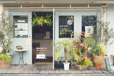 外観です。たくさんの観葉植物とウッドデッキで南国のカフェレストランを匂わせてます。 - バレアリック飲食店 飲食店貸切の外観の写真