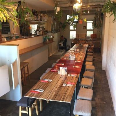 着席スタイルでのレイアウト一例です。テーブルを縦に一本で繋げると最大26名様まで座れます。 - バレアリック飲食店 飲食店貸切の室内の写真