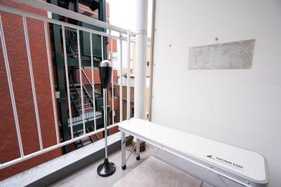 ベランダにて喫煙可能です。 - 池袋会議室kuro 会議やテレワークに最適な貸会議室の設備の写真