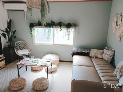 広々空間は可愛すぎるインテリア!緑いっぱいで癒されます!ソファの背もたれを倒すと、床に座っているかのような更にい広くご利用頂けます♪ - WITHYOUあたしんち京橋 デザイナーズ【Wityou京橋】の室内の写真