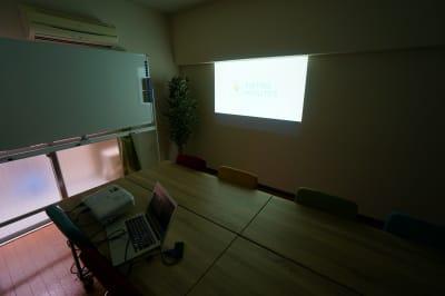【SAKURASPACE五反田】 プロジェクタ無料の貸し会議室♪の室内の写真