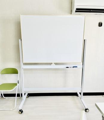 ご要望の多かったホワイトボードを設置しました(横1,200×縦900)セミナーや研修などでお使いください。 - レンタルスタジオBERRY 那覇国際通り店(多目的スペース)の設備の写真