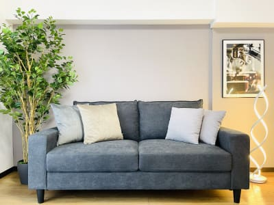 しっかりとした生地のソファーは、少し硬めのジャストな座り心地𓂃◌𓈒𓐍3人がけ - party coco Cozy名駅の室内の写真