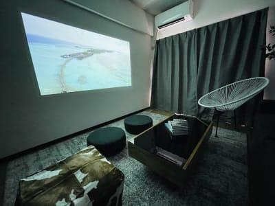 遮光カーテンを閉めればたちまちココは映画館𓂊話題のpopln Aladdin2で臨場感あふれるライブ配信も‼︎ - party coco Cozy名駅の室内の写真