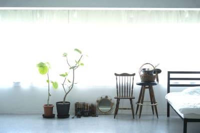 天井は約3m、広く静かな土佐堀川沿いのスタジオです。椅子などのアイテムを増やしています。 - studio akegure 営利・商用利用 撮影スタジオの室内の写真