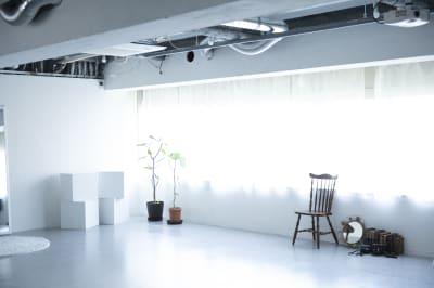 白ベースのスペースなので、使いやすいと評判です。 - studio akegure 営利・商用利用 撮影スタジオの室内の写真
