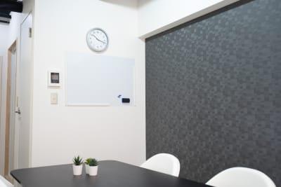 池袋会議室kuro 会議やテレワークに最適な貸会議室の室内の写真