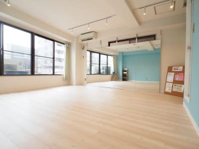 白と青を基調とした内装 - 【NEW】黄金町ダンススタジオ 撮影・ヨガ・ワークショップの室内の写真