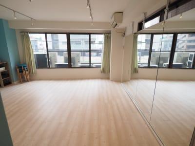 自然光が入ります - 【NEW】黄金町ダンススタジオ 撮影・ヨガ・ワークショップの室内の写真