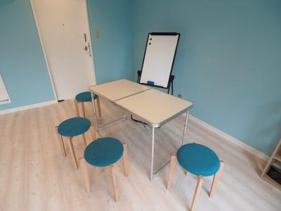 机・椅子・ホワイトボード完備 - 【NEW】黄金町ダンススタジオ 撮影・ヨガ・ワークショップの室内の写真