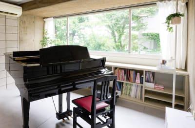 窓の外に緑が広がり 気持ちよく練習に集中できます。 - ArtStudio326 グランドピアノ完備スタジオの室内の写真